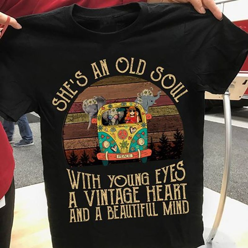 She Is An Old Soul With Young Eys A Vintage Heart And A Beautifull Mind T-shirt Black B1